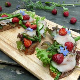 Geröstetes Frankenbrot mit Gurken, Spargel und Lachsforelle mit Erdbeeren