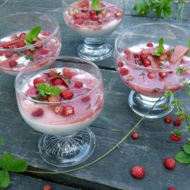 Kokosmilch-Crème mit Rhabarber-Pickles und glasierten Waldbeeren