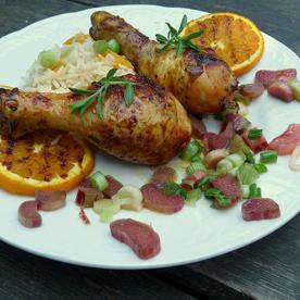 Orangenglacierte Hühnerkeulen mit Jungzwiebel-Reis und Rhabarbervinaigrette