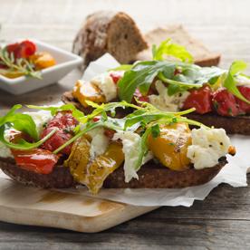 Eingelegte Paprika-Raritäten auf gegrilltem Schwarzbrot mit Mozzarella
