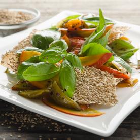Hokkaido-Pfefferoni-Salat mit Ahornsirup-Dressing und Sesamknusper