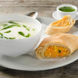 Knollenselleriecreme-Suppe mit Wurzelgemüsestrudel und Petersilienöl