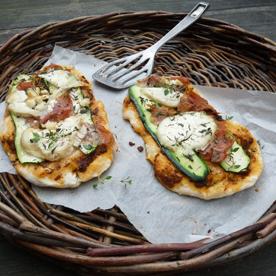 Zucchini-Ziegenkäse-Pizzeletten mit Proscuitto und Marillenpesto