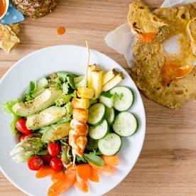 Bunter Salatmix mit Huhn & Ananas vom Grill und Dinkel-Fladenbrot