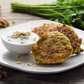 Kohlrabi-Haferflocken Laibchen mit Walnuss-Joghurt