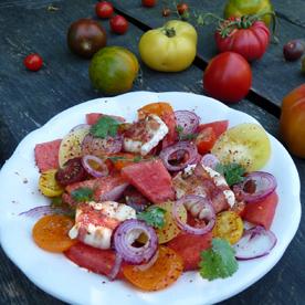 Paradeiserraritäten-Salat mit Wassermelonen und warmen Ziegenkäse