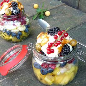 Fruchtiger Obstsalat mit Vanilleeis und Erdnuss-Karamell